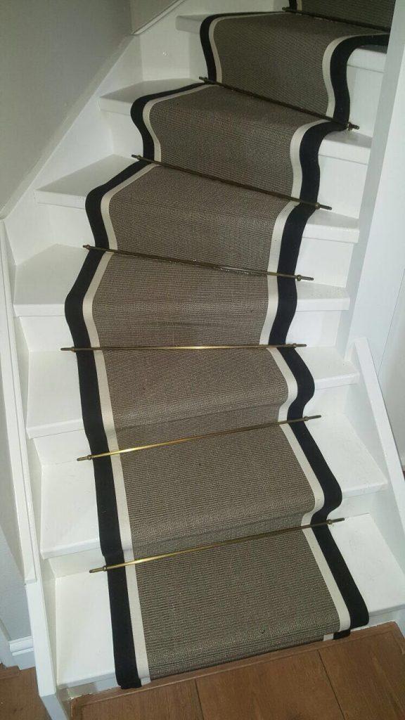 Diverse gestoffeerde trappen en traplopers